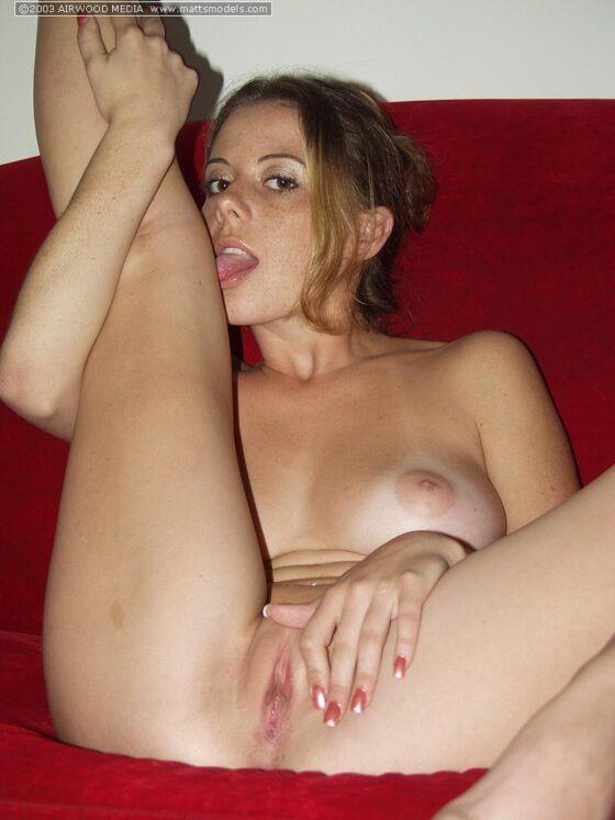 Amadora dos cabelos loiros se exibindo nua no sofá