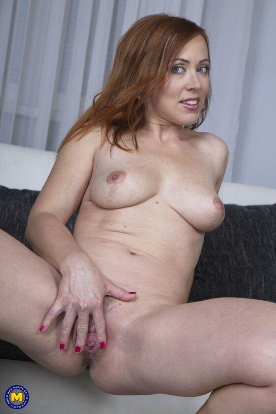 Coroa ruiva gostosa pelada se masturbando no sofá