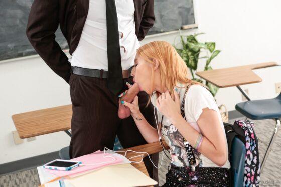 Estudante loirinha fazendo sexo com o professor