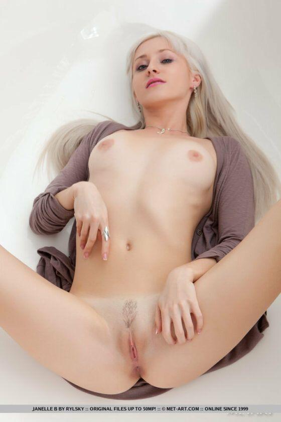 Loirinha de cabelos longos pelada mostrando a pepeca rosada