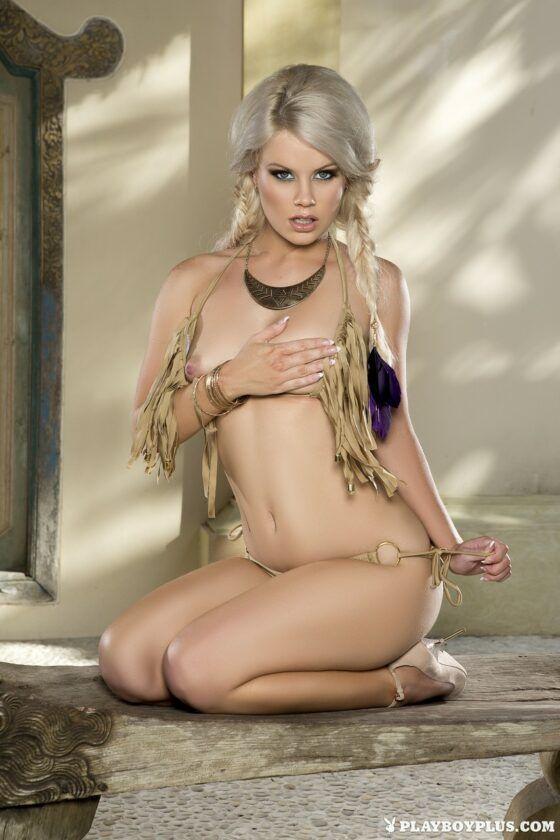 Loirinha deliciosa pelada em poses sensuais