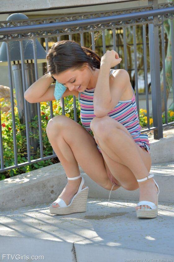 Menina de olhos azuis peladinha ao ar livre