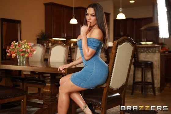 Modelo gostosa tirando o vestido exibindo seu corpo perfeito