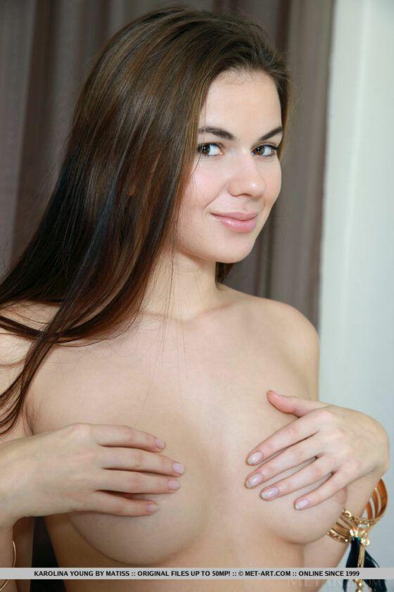 Moreninha nua mostrando sua bucetinha virgem