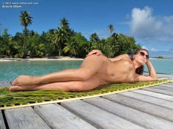 Mulher gostosa pelada na praia