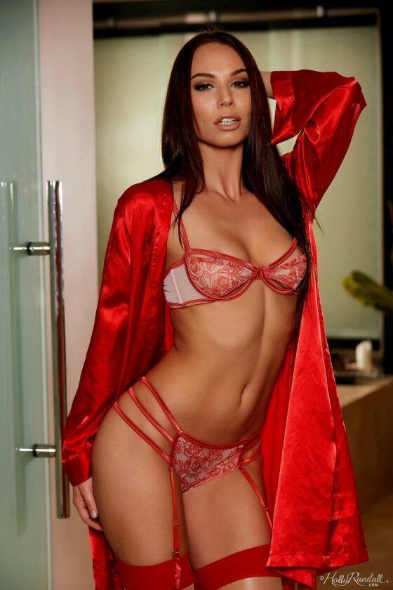 Negra do corpo sexy provocando de lingerie vermelha