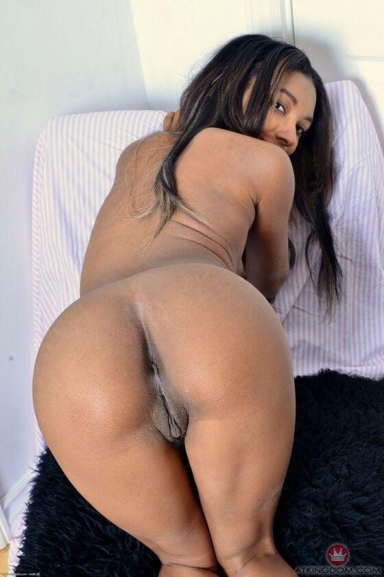 Negra nua abrindo a buceta gostosa