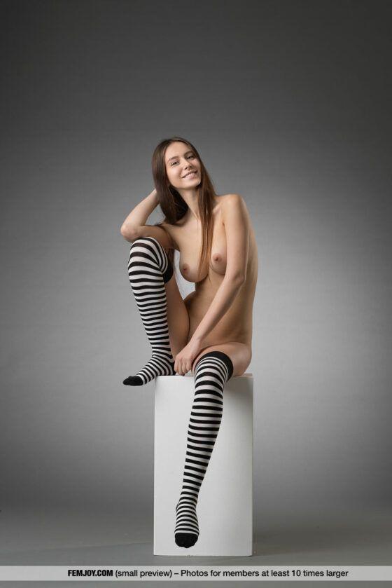 Novinha de 18 aninhos mostrando os peitinhos e a buceta