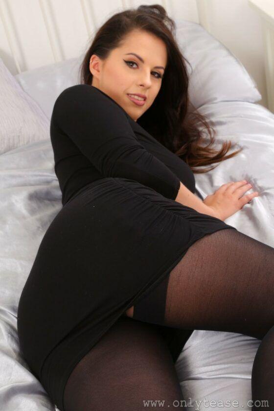 Patricinha rabuda de seios fartos nua na cama