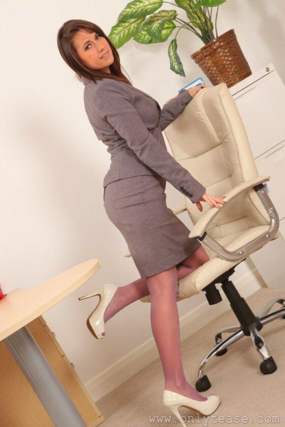 Secretária gostosinha fazendo strip-tease