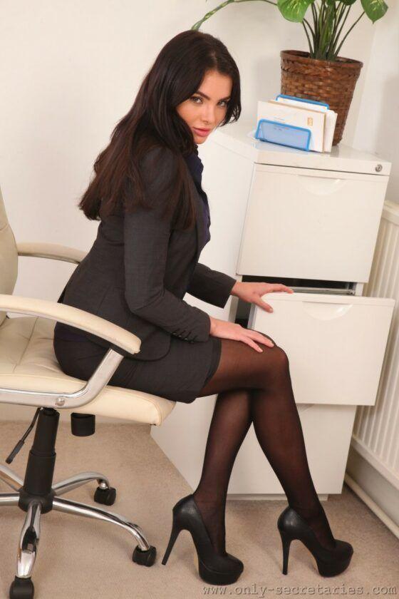 Secretária tesuda fazendo striptease pro patrão tarado