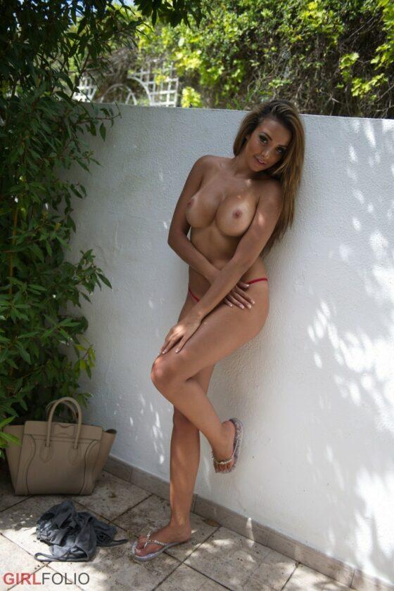 Amadora gostosinha pelada ao ar livre