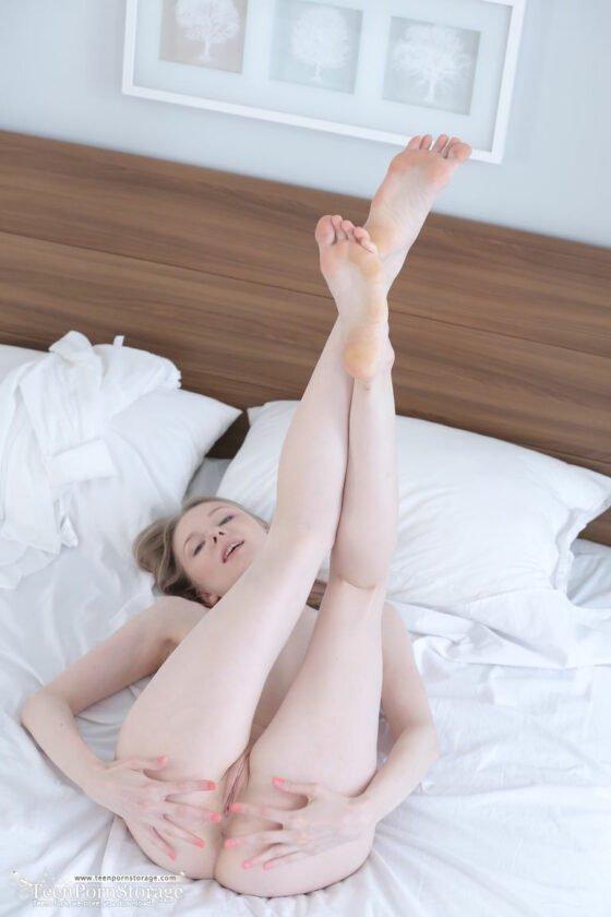 Branquinha nua mostrando os peitinhos e a buceta rosada