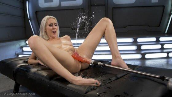 Loirinha fogosa gozando com a maquina do sexo