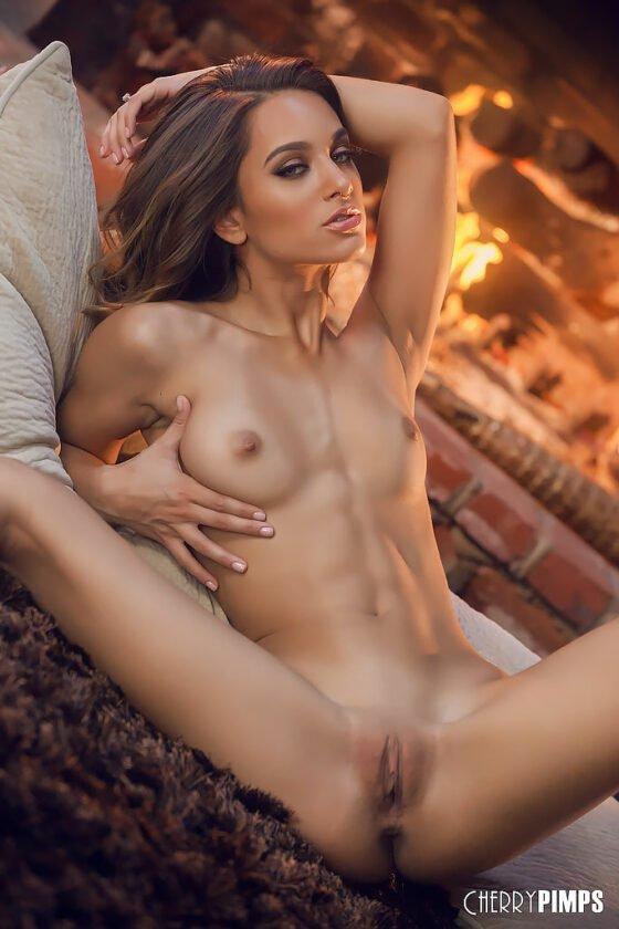 Magrinha se mostrando pelada e cheia de tesão