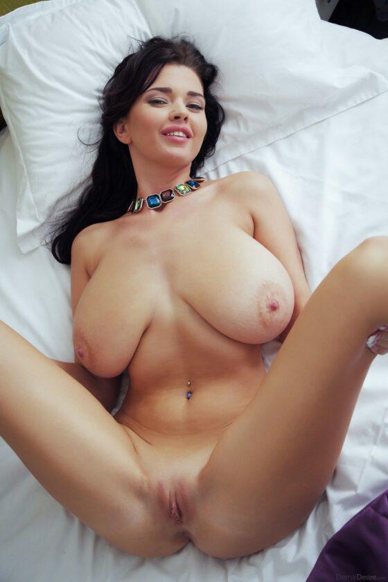 Morena dos peitos enormes peladinha na cama