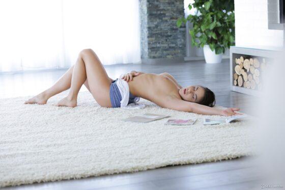 Morena tesuda nua se masturbando no chão