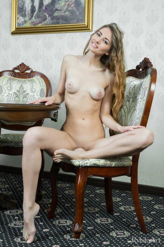 Novinha magrinha dos peitinhos pequenos se exibindo pelada