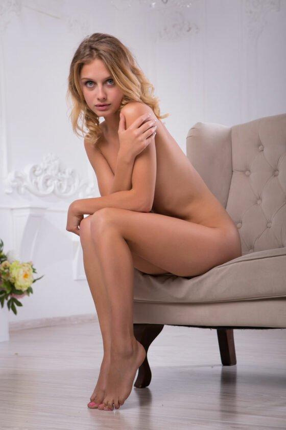 Patricinha loirinha peladinha em ensaio sensual