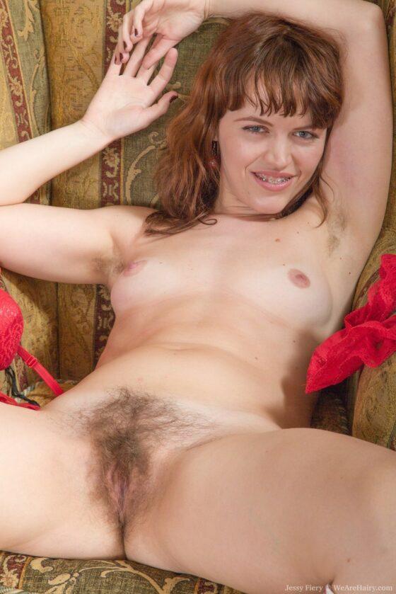 Ruiva nua mostrando a buceta cabeluda