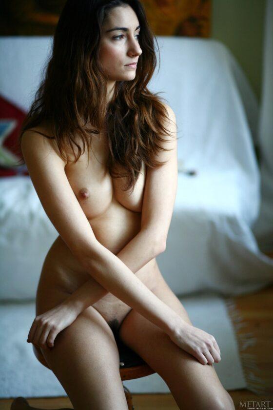 Moreninha pelada mostrando a buceta peludinha