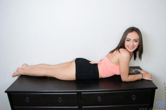 Novinha baixinha nua na cama se masturbando