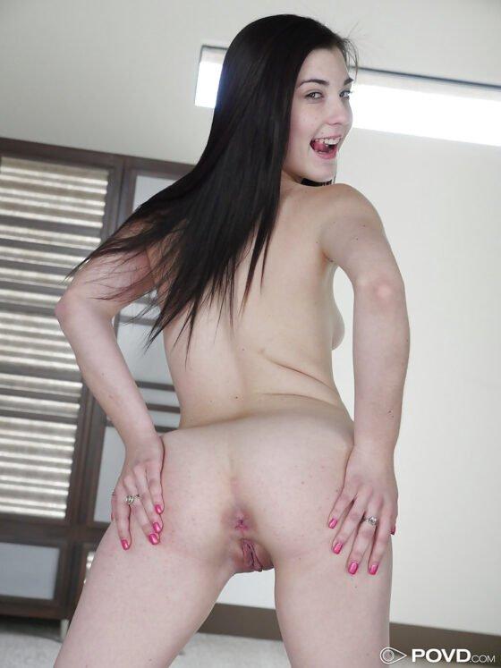 Novinha branquinha se exibindo peladinha
