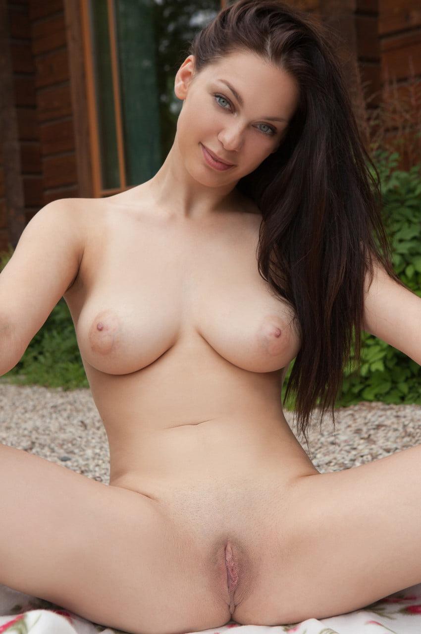Fotos de morena peituda sexy com buceta lisinha