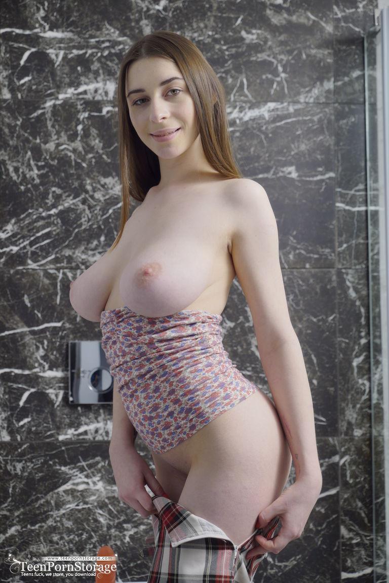 Fotos no banho com novinha peituda branquinha