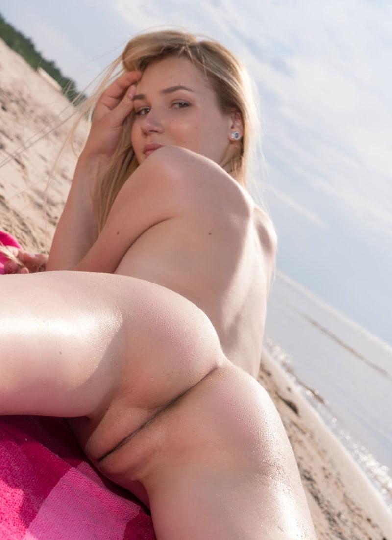 Safada magrinha pelada exibindo uma buceta linda